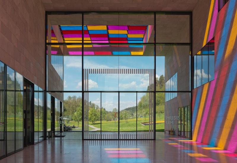 Außenansicht des Museumsgebäudes, Passage mit Installation von Daniel Buren